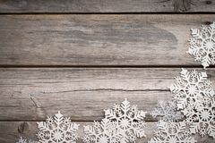 Flocos de neve brancos em de madeira velho Imagens de Stock Royalty Free