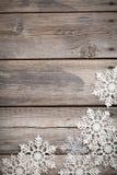 Flocos de neve brancos em de madeira velho Foto de Stock