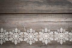 Flocos de neve brancos em de madeira velho Imagens de Stock