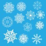 Flocos de neve brancos em um fundo azul Fotos de Stock Royalty Free