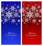 Flocos de neve brancos em um fundo brilhante, molde para um cartão de Natal imagens de stock royalty free