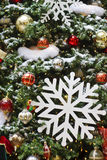 Flocos de neve brancos enormes na árvore de Natal Foto de Stock