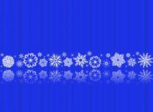 Flocos de neve brancos no azul com reflexões Fotos de Stock