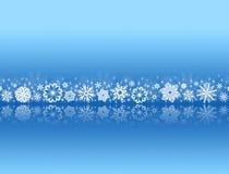 Flocos de neve brancos no azul com reflexões Foto de Stock Royalty Free