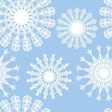 Flocos de neve brancos no fundo azul Fotos de Stock