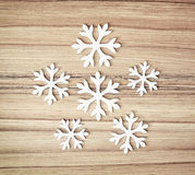 Flocos de neve brancos no fundo de madeira, símbolo do inverno Foto de Stock