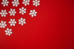 Flocos de neve brancos no fundo vermelho Foto de Stock