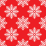 Flocos de neve brancos no teste padrão sem emenda do fundo vermelho Foto de Stock Royalty Free