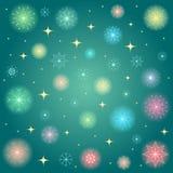 Flocos de neve coloridos cintilantes Estrelas Shinning douradas e flocos de neve coloridos no fundo verde Aperfeiçoe para Desig f ilustração royalty free