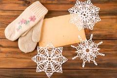 Flocos de neve decorados e mitenes feitos malha Imagens de Stock
