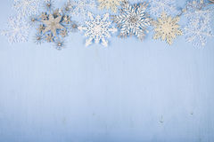 Flocos de neve decorativos de prata em um fundo de madeira azul christ Fotos de Stock Royalty Free