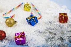 Flocos de neve decorativos de prata em um fundo de madeira azul christ Foto de Stock
