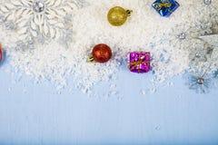 Flocos de neve decorativos de prata em um fundo de madeira azul christ Imagem de Stock Royalty Free