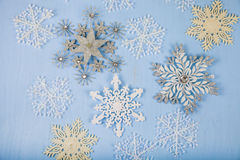 Flocos de neve decorativos de prata em um fundo de madeira azul christ Imagens de Stock Royalty Free