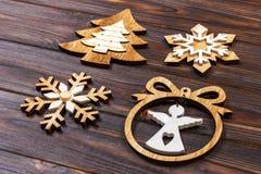 Flocos de neve do Natal, árvore de Natal e anjo em um quadro em um fundo de madeira Decorações de madeira do ano novo Fotografia de Stock Royalty Free