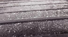 Flocos de neve em um carro preto como um fundo Fotografia de Stock
