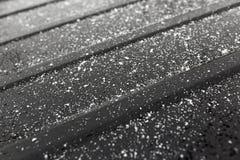 Flocos de neve em um carro preto como um fundo Fotos de Stock Royalty Free