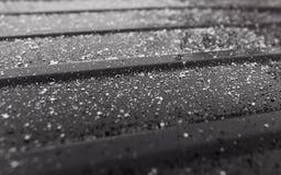 Flocos de neve em um carro preto como um fundo Fotografia de Stock Royalty Free