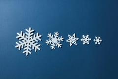 Flocos de neve em um fundo azul Imagens de Stock Royalty Free