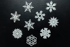 Flocos de neve em um fundo preto Natal Toy Drive Fotografia de Stock