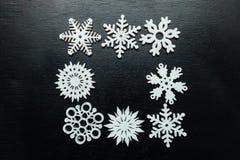 Flocos de neve em um fundo preto Natal Toy Drive Imagens de Stock