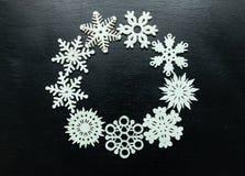 Flocos de neve em um fundo preto Natal Toy Drive Fotografia de Stock Royalty Free
