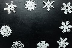 Flocos de neve em um fundo preto Natal Toy Drive Fotos de Stock Royalty Free