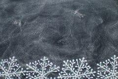 Flocos de neve em um quadro preto Fotos de Stock Royalty Free