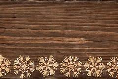 Flocos de neve fundo de madeira, feriado de inverno dos flocos da neve do Natal imagem de stock royalty free