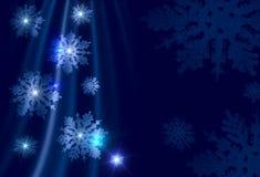 Flocos de neve prateados em um fundo azul Foto de Stock Royalty Free
