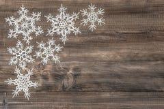 Flocos de neve sobre o fundo de madeira rústico Imagem de Stock