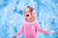 Flocos de travamento da neve da menina Foto de Stock