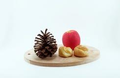 Flocos do Eclair e de milho com placa de corte de madeira; backgrou branco Fotos de Stock