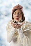 Flocos doces do chapéu e da neve da cor-de-rosa da menina Foto de Stock Royalty Free