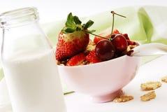 Flocos e morangos com leite Fotos de Stock Royalty Free