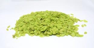Flocos verdes do arroz no fundo branco fotografia de stock royalty free