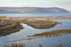 Flodön i nedgången som fotograferas från höjd Arkivfoton