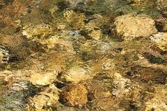 Flod över stenar Arkivbild