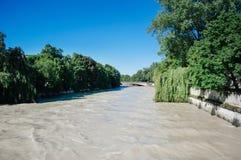 Flod - överflöd av vatten av den Isar floden i mitten av Mun Royaltyfria Bilder