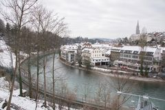 Flod Aar nära Bärengraben björnträdgård i vinter i staden av Bern, Schweiz Fotografering för Bildbyråer