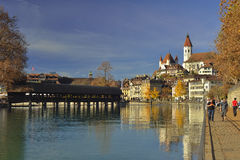 Flod Aare och den gamla staden av Thun switzerland Royaltyfria Bilder
