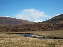 Flod Affric i glenen Affric, Skottland i fjäder. royaltyfria foton