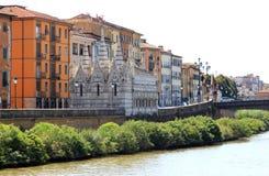 Flod Arno och gotisk kyrka i Pisa, Italien Arkivfoton