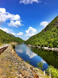 Flod berg, blå himmel Arkivfoton