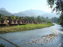 Flod & berg i Pai Royaltyfri Fotografi