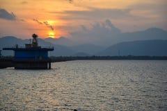 Flod, berg och härlig solnedgång Udawalawa sjö royaltyfri fotografi