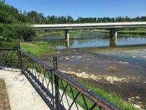 Flod bredvid den Benmiller gästgivargården & Spa i ett trevligt fridsamt område i Goderich Ontario Kanada fotografering för bildbyråer
