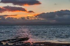 Flod Clyde från Ardrossan på solnedgången i Skottland Royaltyfria Bilder