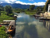 Flod Crnojevica till Virpazar på sjön Skadar, Montenegro royaltyfria foton
