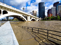Flod 2013 för Calgary pilbågeflod under bron Royaltyfria Foton